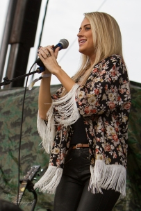 """Brooke Eden smiles at the amazing crowd at """"Country Night Lights""""!"""