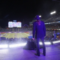 TRACE ADKINS PERFORMS NEW SINGLE AND NATIONAL ANTHEM AT MONDAY NIGHT FOOTBALL IN NASHVILLE